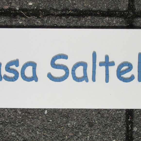 naambord voor dierenverblijf- Casa Saltello- Winckelmans porselein- Mozaïekatelier Colorito-Natasja Mulder